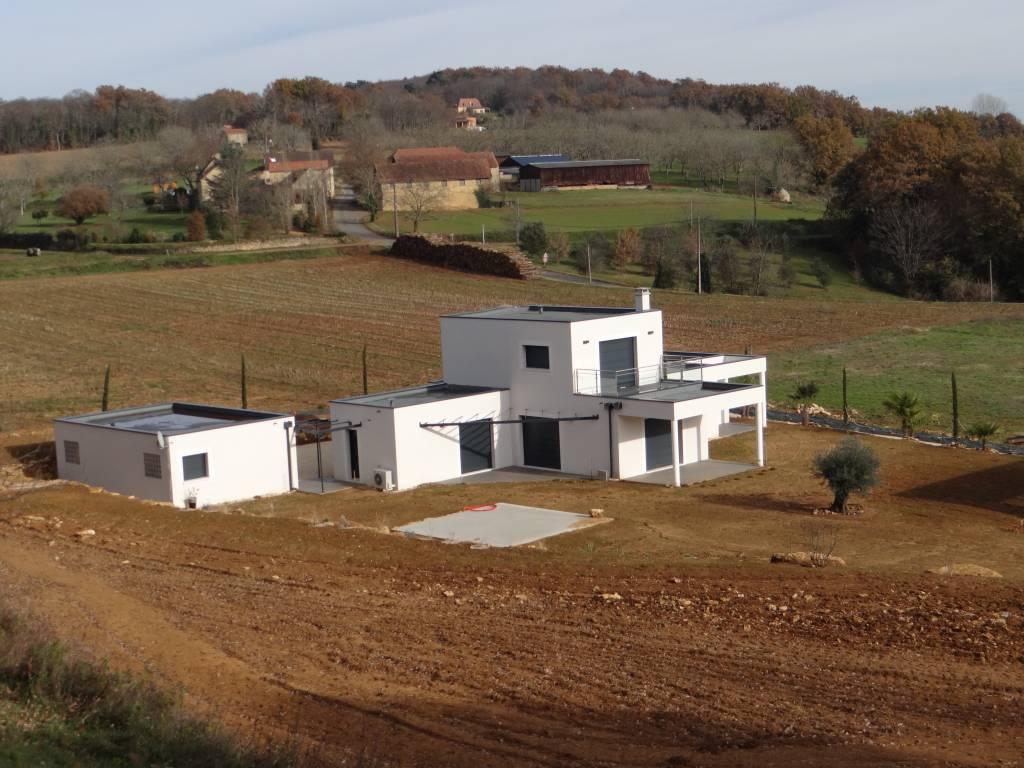 Avec son architecture très contemporaine offrant la possibilité de toitures végétalisées ce modèle parvient à conjuguer élégance et pureté des lig